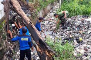 Koramil 01/Pancoran Mas Ajak Warga Bersihkan Saluran Air Antisipasi Banjir